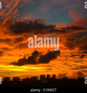 Fiery coucher de soleil sur la plage de Clearwater, Floride Banque D'Images