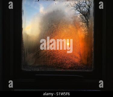 Lever du soleil d'hiver par condensation sur la fenêtre Banque D'Images