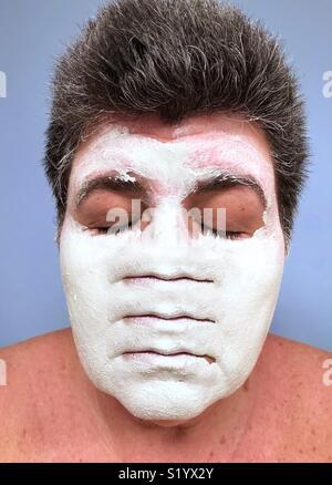 Un résumé artwork d'un dark haired. Caucasian woman avec ses yeux fermés portant un masque d'argile blanche avec trois ensembles de lèvres. Banque D'Images