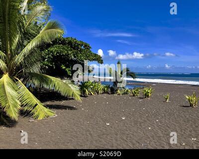 Sable volcanique noir à Taharu'u Beach près de Papara, Tahiti, îles du Pacifique, Polynesien Banque D'Images