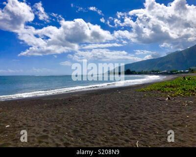 Sable volcanique noir à Taharu'u Beach, plage publique près de Papara, Tahiti, Polynésie Française, îles de la société, Pacifique Sud Banque D'Images