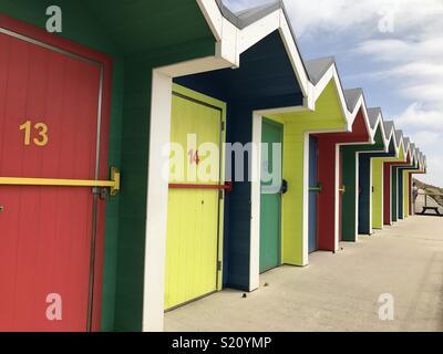 Cabines colorées sur Barry Island Beach Banque D'Images