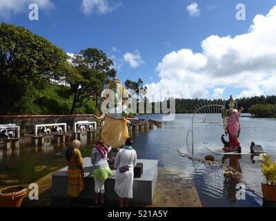 Mesdames portant l'offre à Ganesha à Ganga Talao, Grand Bassin, Ile Maurice Banque D'Images