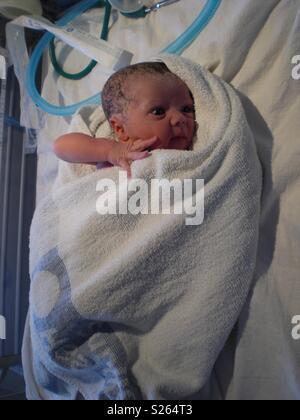 Bébé nouveau-né garçon, les premières secondes après la