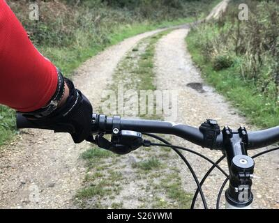 Rider vtt et point de vue sur le Sud, Hampshire, England, UK Banque D'Images