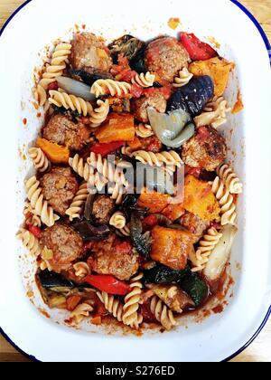 , Fusillis boulettes de viande et légumes rôtis à la sauce tomate dans le plat de l'émail Banque D'Images