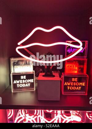 Rose, rouge et blanc néon lumineux de signalisation et éclairage de lèvre est aujourd'hui illuminé des presse-papiers en design shop et galerie sur Southbank à Londres, Angleterre Banque D'Images