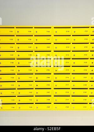 Les boîtes jaunes dans un nouveau bâtiment Banque D'Images