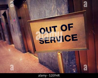 Hors service sign in front of bank de silos, New York, United States Banque D'Images