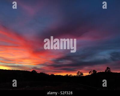 Ciel coucher de soleil sur le Fiery Mogollon Rim dans le centre de l'Arizona. Banque D'Images