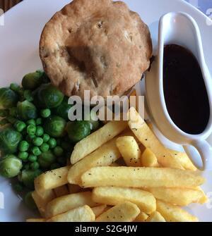 Pie et frites avec de la sauce et les graines germées de pois Banque D'Images