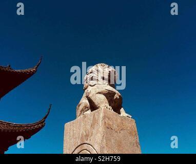 Au lieu Rudong. Le lion gardien du temple chinois de 💚 Banque D'Images