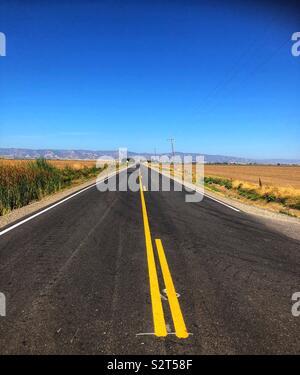 La route de comté entre les champs Banque D'Images