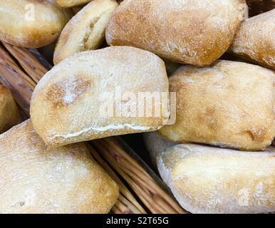 Panier plein de pain ciabatta en vente dans une boulangerie