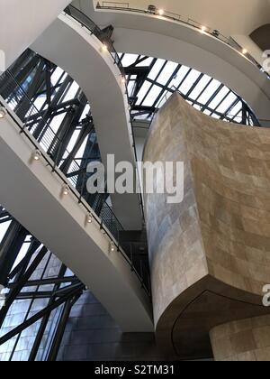 Musée Guggenheim Bilbao - art moderne et contemporain conçu par l'architecte Frank Gehry, situé à Bilbao, Pays Basque, Espagne. Banque D'Images