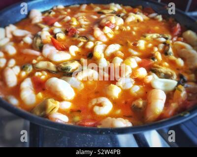 Fruits de mer au safran, l'ail le vermouth et la sauce tomate.