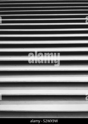 Stores vénitiens à lamelles horizontales, en noir et blanc Banque D'Images