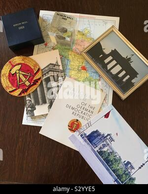 Souvenirs de Berlin Est et le mur de Berlin, août 1963. Les photos montrent un accès privilégié à la porte de Brandebourg de l'Orient, et à la recherche dans l'ouest de Berlin et à l'ancien Palais du Reichstag. Banque D'Images