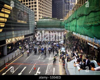 Les employés de bureau à Hong Kong's CBD de lutte pendant leur pause déjeuner, Novembre 2019 Banque D'Images