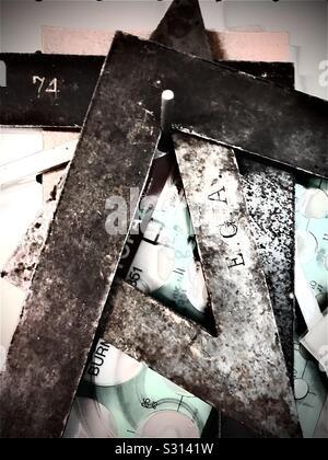 Collection de droit, des mesures d'angle métallique fixé des carrés et des bords droits suspendus dans un atelier du tourneur sur bois. Banque D'Images