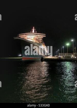 Le bateau de croisière Queen Mary à 2 lignes, amarré à Darwin, territoire du Nord Australie la nuit. Banque D'Images