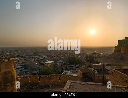 Vue sur le lever du soleil depuis le fort jaisalmer