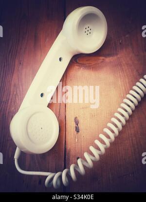 Récepteur de téléphone de style ancien sur fond en bois Banque D'Images