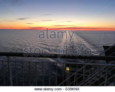 Vue sur le coucher du soleil sur la mer depuis le navire