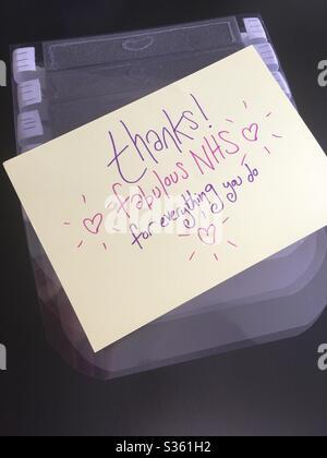 Visières de protection faites maison pour le personnel NHS tp utilisation dans les unités de soins intensifs, avec un message de remerciement. Banque D'Images