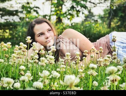 Adolescente qui pose dans un pardessus Banque D'Images