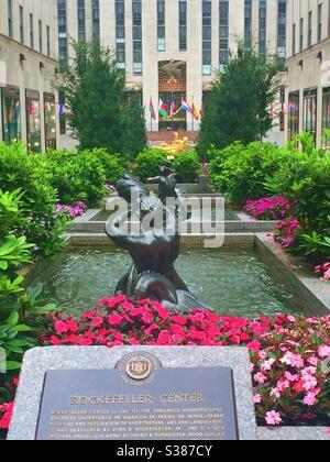 Le Channel Gardens du Rockefeller Center présente des fontaines, des fleurs et Prométhée sur la plaza, devant le gratte-ciel de 30 rochers, NYC, USA