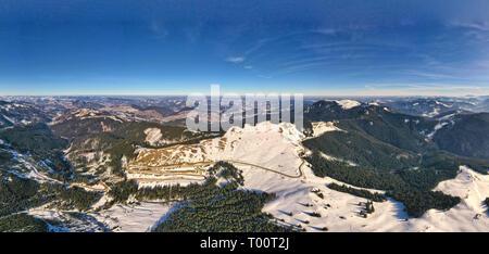 L'hiver, la route panorama vue aérienne de route de montagne dans les Carpathes, paysage de neige Banque D'Images