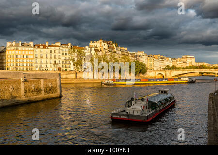 Croisière en bateau sur la Seine au coucher du soleil, Paris, France Banque D'Images