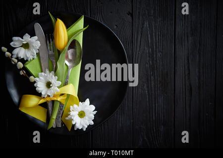 Printemps Pâques composition de la vaisselle de table avec fleur tulipe jaune Banque D'Images