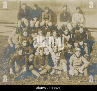Photographie, c1910 antique de l'équipe de football composée d'un groupe de jeunes hommes. SOURCE: photographie originale Banque D'Images