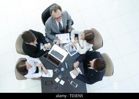 Vue de dessus.équipe entreprises travaillant avec des tableaux financiers Banque D'Images