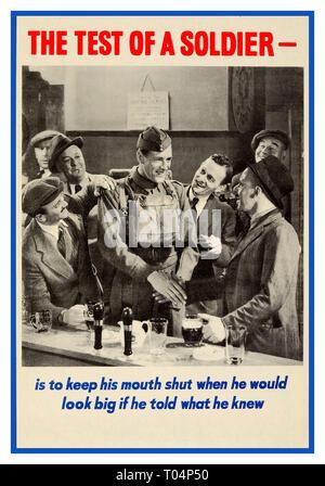 """Vintage Original La Seconde Guerre mondiale affiche de propagande """"l'essai d'un soldat - est de garder la bouche fermée quand il serait grand si il lui a dit ce qu'il savait' avec une image en noir et blanc d'un soldat souriant serrant la main de l'homme dans un chapeau dans un bar entouré de messieurs portant des costumes et à vers lui WW2 1940 affiche de propagande Banque D'Images"""