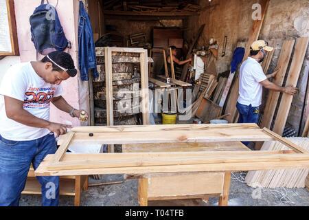 Cartagena Colombie,Centre de ville ancien muré,centre,Getsemani,résidents hispaniques,homme hommes,menuisier de travail porte de bâtiment,Plazuela de Pozo,C