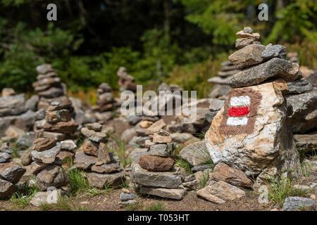 Sentier de randonnée pédestre marque signe peint sur un rocher dans la pile de pierres zen. Chemin menant à travers la belle forêt de Bohême, parc national. Bac concept Trekking Banque D'Images