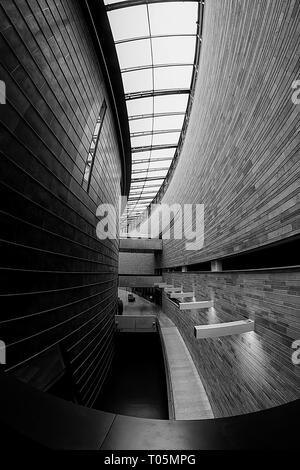 Des murs courbes et les fenêtres du musée d'Art Moderne à Tallinn, Estonie. Le bâtiment lui-même est un morceau de l'art moderne. Banque D'Images