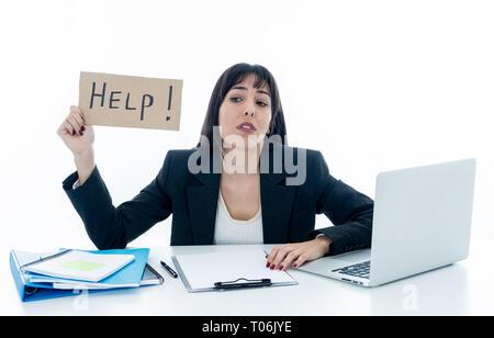 Belle jeune femme souffrant d'affaires de stress holding help sign se sentir fatigué et frustré à surchargés et surchargés. Dans