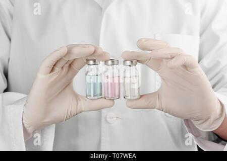Trois fioles dans les mains du médecin
