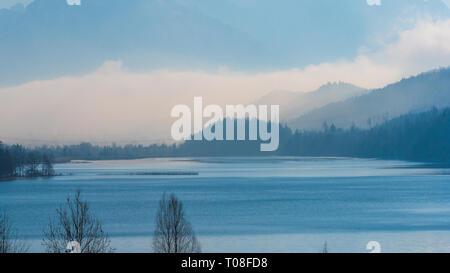 Lac avec des montagnes et le brouillard Banque D'Images