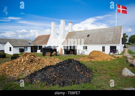 Ancien fumoir traditionnel caractéristique avec cheminées de Hasle, Bornholm, Danemark. Là, vous pourrez déguster des plats les plus populaires sur l'île de sol sur Banque D'Images