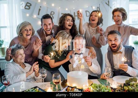 Un homme avec la famille multigénérationnelle célébrer anniversaire sur une partie. Banque D'Images