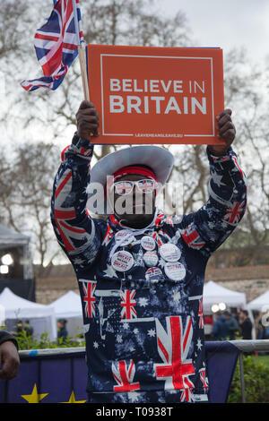 London,UK. 13 mars, 2019. Un Brexiter, partisan de College Green, Westminster, les vagues une bannière.Credit: Santo Basone/Alamy Live News