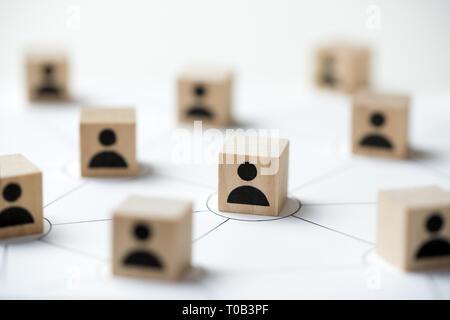 Concept de réseau de médias sociaux en utilisant l'icône personnes bloc cube de bois Banque D'Images