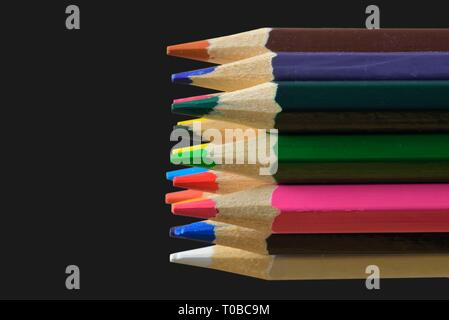 Crayons de couleur en bois texturé. Des crayons de macro. Assortiment de bois de couleur crayons dessin sur fond noir. Copy space Banque D'Images