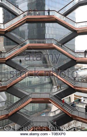 Le navire s'élève 16 histoires et 154 vols d'escaliers, 2 500 marches, et 80 atterrissages. Il est situé dans le nouveau mega development, Hudson Yards, NYC Banque D'Images