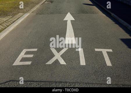 Un panneau de sortie et d'une flèche peinte sur une route au Royaume-Uni Banque D'Images